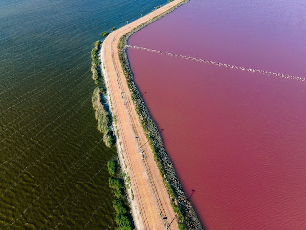 Розовое озеро сасик сиваш летом разделено дорогой