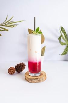 ピンクの溶岩夏の冷たい飲み物。夏のミニマリストのコンセプトのアイデア
