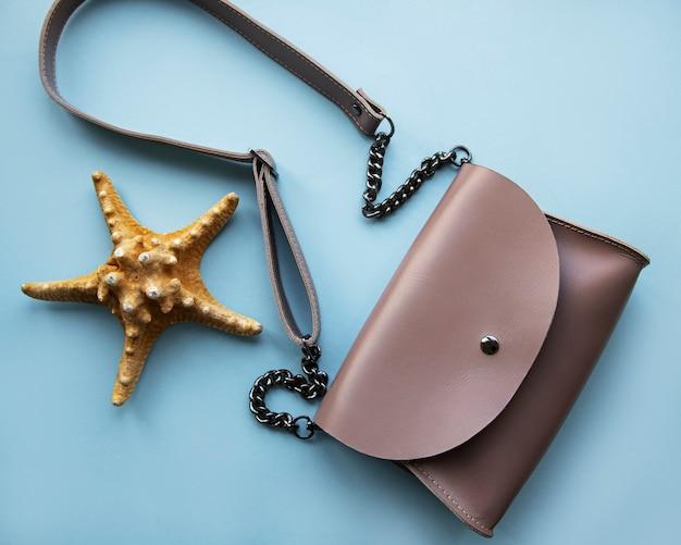 Розовая кожаная сумка и морская звезда