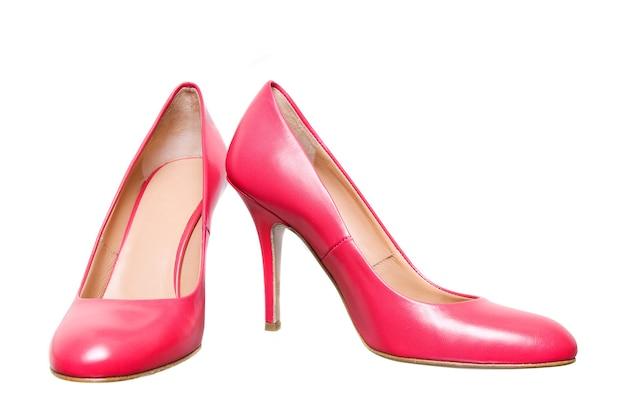白で隔離のピンクの革の女性の靴
