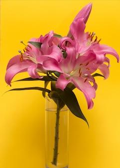 ガラスの花瓶のピンクのユリの花束