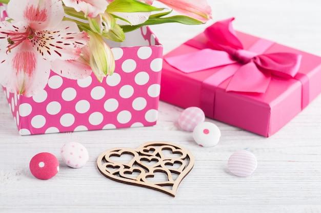 ギフト用の箱とピンクのリリーの花