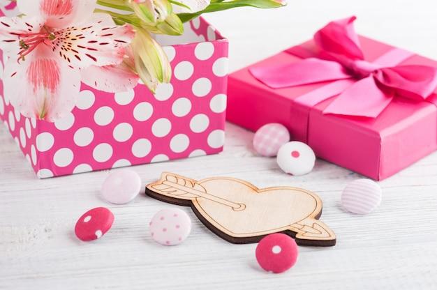 Розовые цветы лилии с подарочной коробкой
