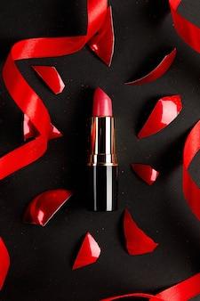 Розовая помада вид сверху состав. концепция продукта индустрии красоты.