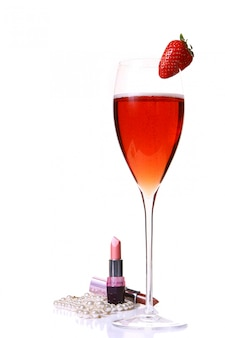 빨간 champagle 유리와 딸기 핑크 립스틱