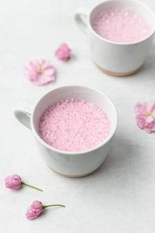 白いセラミックマグのピンクの液体
