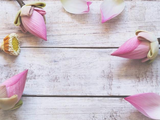 木製のテーブル背景にピンクの蓮の花