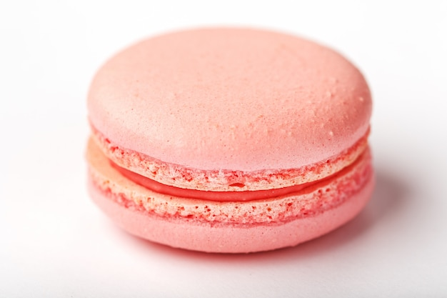 Розовое макаронное печенье