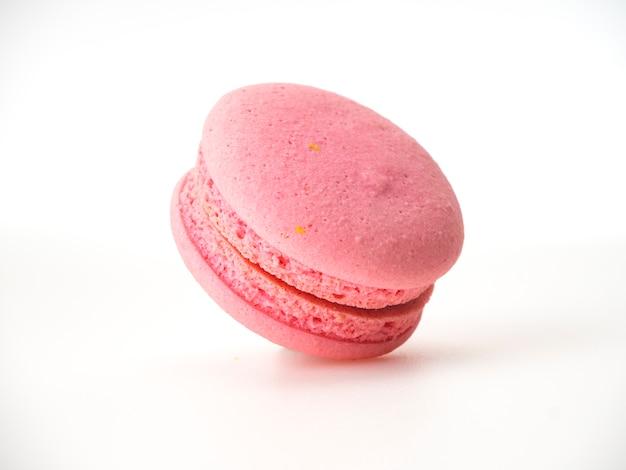 Розовое миндальное печенье на белом фоне Premium Фотографии