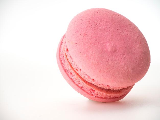Розовое миндальное печенье на белом фоне