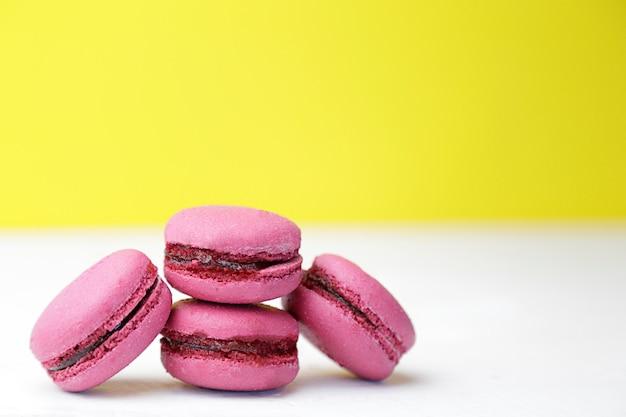 Розовое миндальное печенье на белом столе