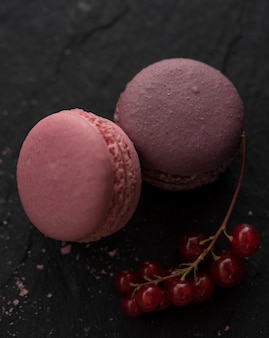 ピンクのマカロンラズベリー低キー写真