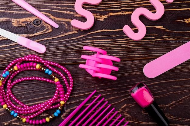핑크 메이크업 액세서리. 네일 파일, 광택제 및 분리기. 당신의 페디큐어를 만드십시오. 간단한 매니큐어 키트.