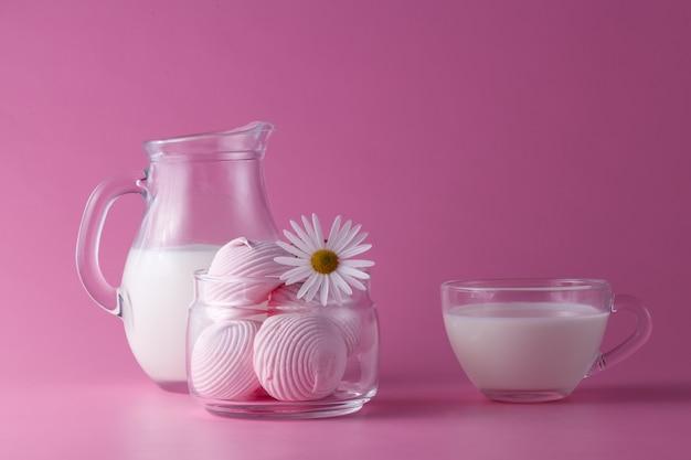 Розовый зефир, молоко, цветы