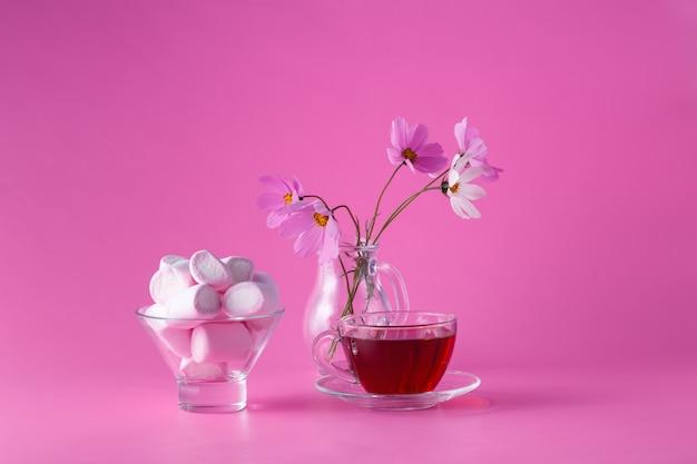 꽃과 분홍색 배경에 핑크 마쉬 멜 로우