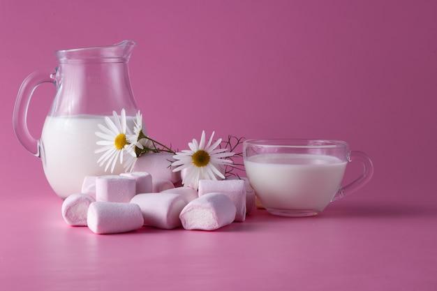 Розовый зефир с молоком, цветы