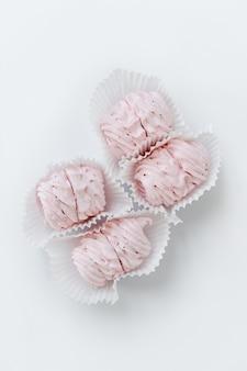 ピンクのマシュマロ、手作りのお菓子、ゼファー、ソフト菓子、明るい背景にお菓子。甘いマシュマロ。
