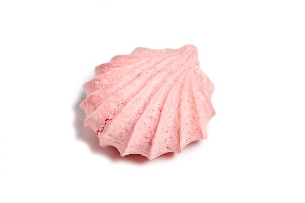 白い背景に分離されたピンクのメレンゲ風通しの良いビスケットクッキー