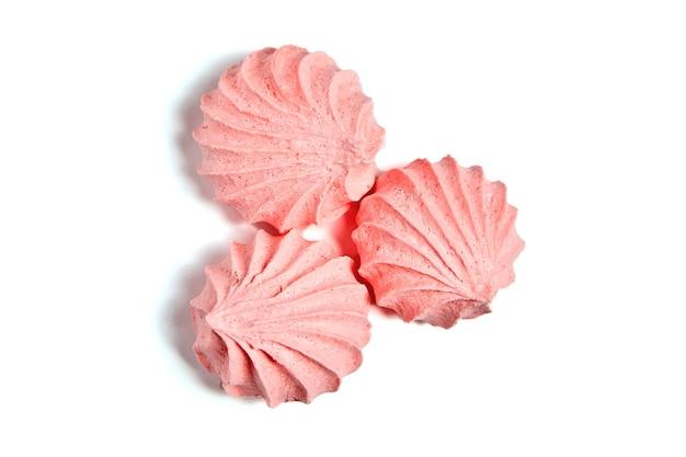 ピンクのメレンゲのキスクッキー、風通しの良いビスケットが分離されました