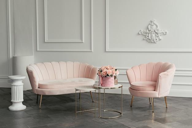 Розовая минималистичная мебель на фоне белой стены в гостиной