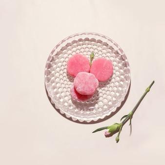 皿にピンクの餅。上から見る