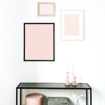 핑크 현대 최소한의 스칸디나비아 북유럽 인테리어 디자인 컨셉은 사진 프레임, 새 입상, 화이트 랙을 모의로 장식했습니다.