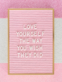 Vista superiore della scheda di testo motivazionale rosa
