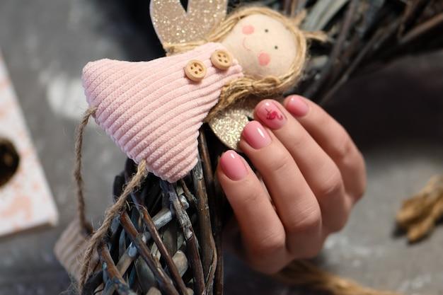 Nail design rosa. mano femminile con manicure rosa.