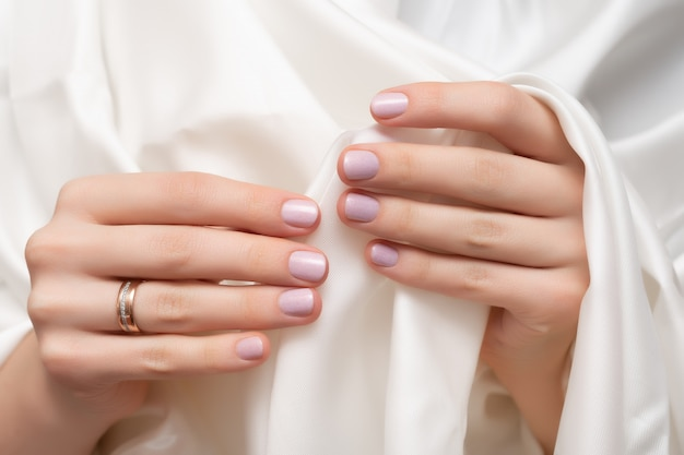 Nail design rosa. mani femminili con manicure glitter.