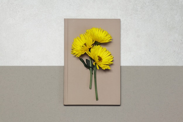 Pink notes with yellow flowers on grey beige
