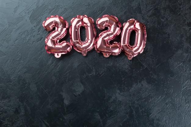 ピンクの数字2020黒背景。