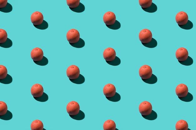 Розовые апельсины на цветном фоне