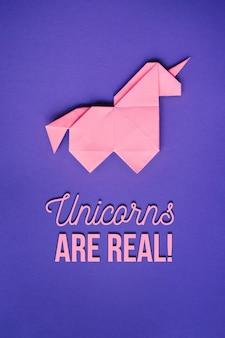 Розовый оригами единорог на ультрафиолетовом фоне