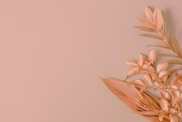 분홍색 스트렐리치아 꽃이 있는 분홍색 야자수 잎