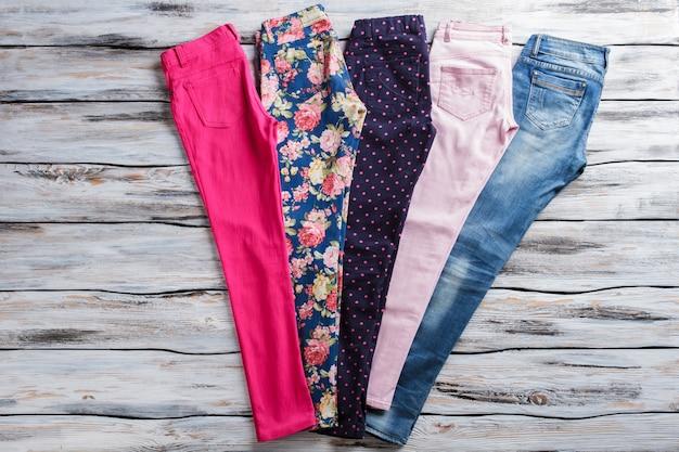 핑크팬츠와 청바지 컬러풀하고 스타일리시한 여성팬츠로 남녀노소 모두의 취향에 맞게 화이트선반...
