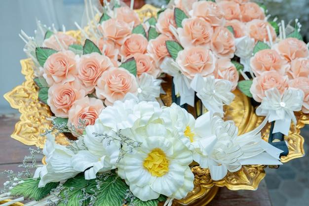 ゴールドトレイにピンクの紙の花ヴィンテージ