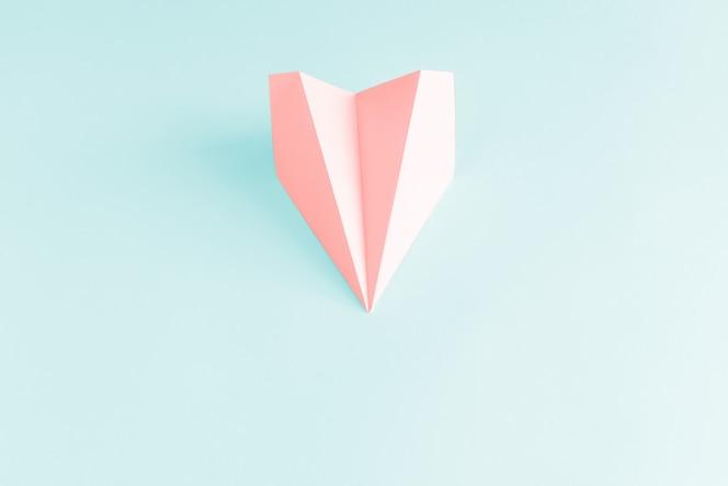 파란색 바탕에 분홍색 종이 비행기