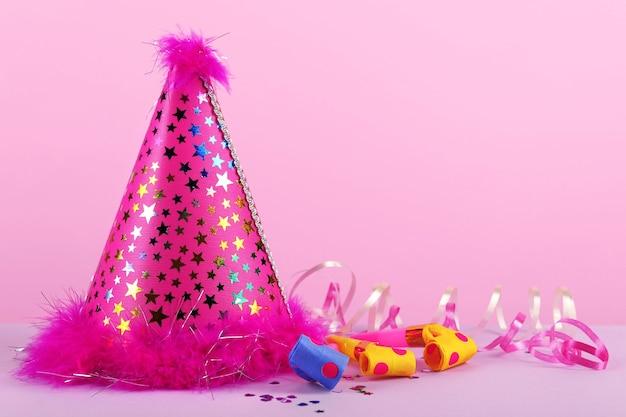ピンクの背景にピンクのパーティハット