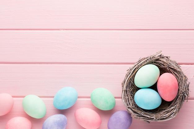 핑크 파스텔 부활절 달걀 배경입니다.