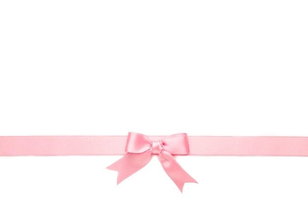 Розовая пастельная лента с бантом, изолированная на белой поверхности