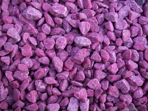 装飾用のピンクの小石。紫の砂利。バイオレットの小さな石。砂利道のテクスチャ。