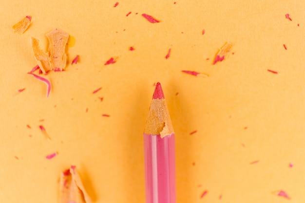 Розовый карандаш и стружка