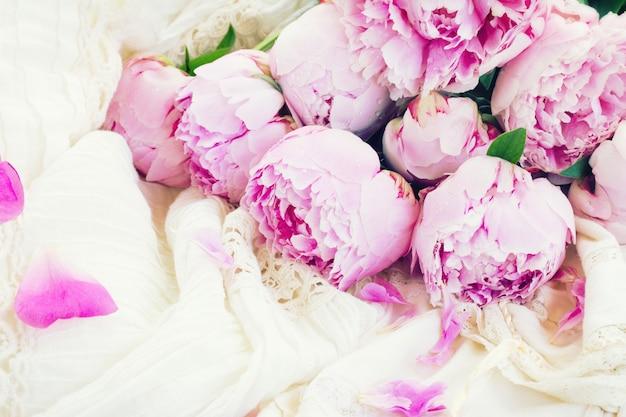 Розовые пионы и белое свадебное платье, винтажный стиль, тонированное ретро