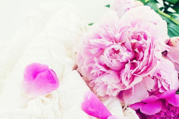 Розовые пионы и белое свадебное платье, винтажный стиль, тонированные
