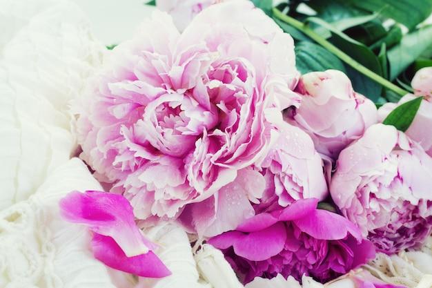 Розовые пионы и белое свадебное платье, винтажный стиль