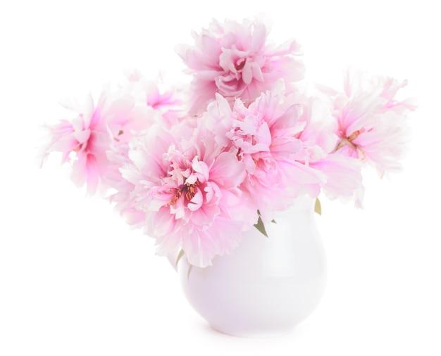 Розовые пионы в вазе, изолированные на белом фоне