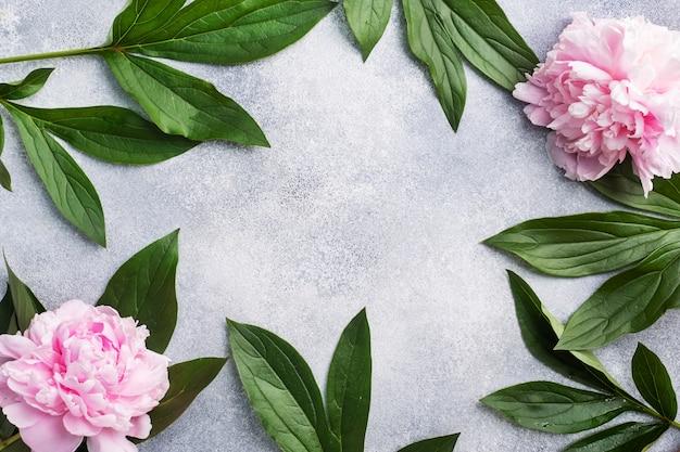 テーブルの上の葉とピンクの牡丹