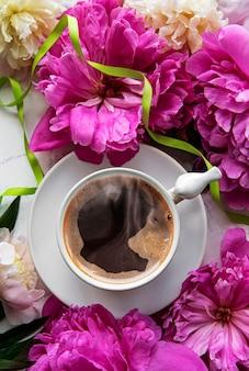 분홍색 모란과 흰색 대리석 표면에 아름다운 스타일의 커피 한잔 꽃 표면 상위 뷰