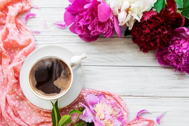 ピンクの牡丹と一杯のコーヒー