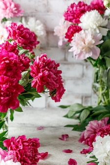 Букет розовых пионов на деревенском фоне